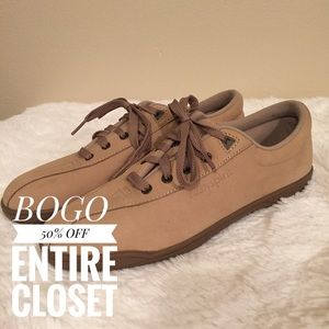 Size 9.5 Easy Spirit Tan Lace Up Casual Shoe